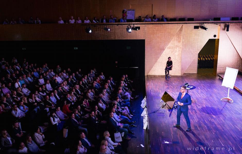 Mateusz Grzesiak na scenie w Filharmonii im. Mieczysława Karłowicza - Inspiration Day 2015