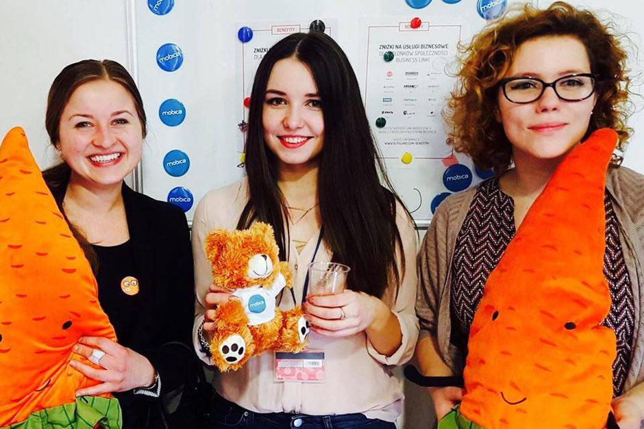 Na zdjęciu (od lewej) Karolina Janowicz z Mobica oraz organizatorki GGC w Szczecinie Daria Matyszewska i Aleksandra Misiura. Mobica już kolejny raz wspiera szczecińskie Geek Girls Carrots za co jesteśmy bardzo wdzięczne. Dzięki pomocy mogłyśmy przygotować drobne gadżety oraz zaprosić prelegentów spoza Szczecina.