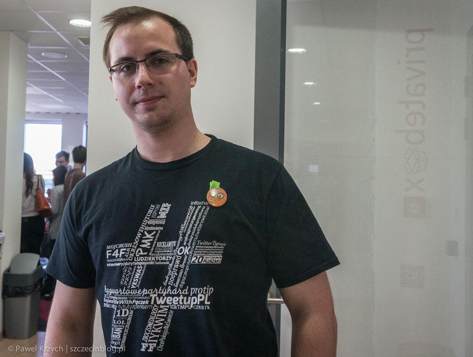 Kuba Gralak w koszulce z Tweetup Polska