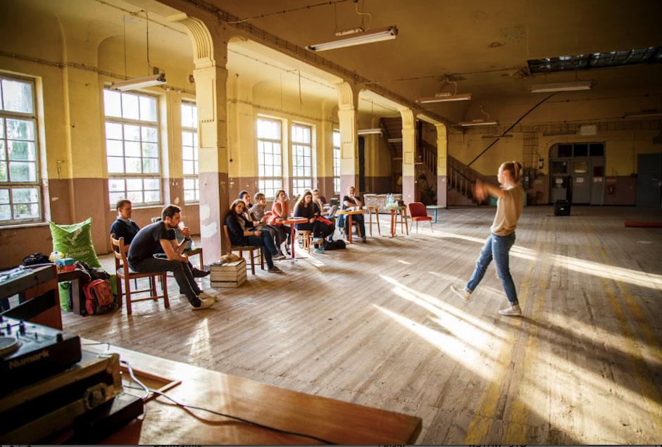 Piękne, industrialne przestrzenie OFF Mariny podczas warsztatów teatralnych.