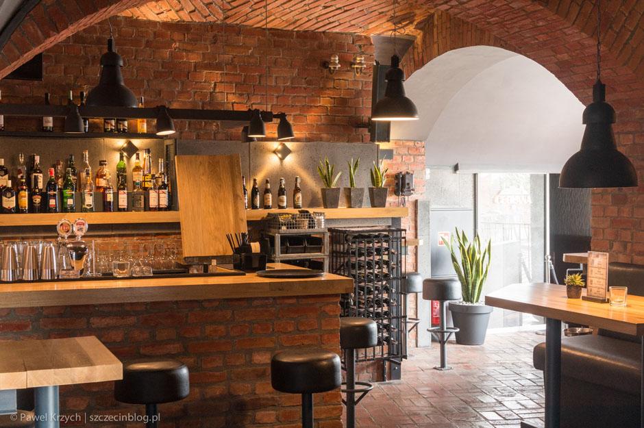 W Ceglanej wewnątrz są trzy bary (dwa w części pubowej i jeden w części kawiarnianej).
