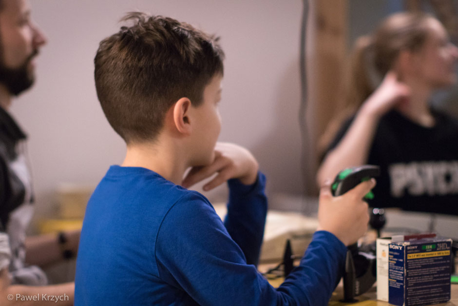Najmłodszy gracz. Przyprowadził do jego Tata, który stwierdził, że chciałby pokazać juniorowi gry na Amidze - lata swojej młodości.